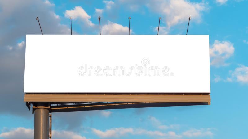 Imagem para cima - outdoor branco largo e nuvens em branco contra o céu azul sunset fotografia de stock royalty free