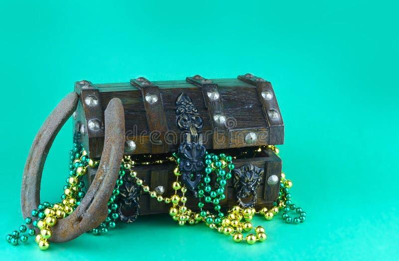 Imagem para o dia de St Patrick o 17 de março Arca do tesouro para simbolizar a sorte e a riqueza enchidas com os grânulos brilha fotografia de stock