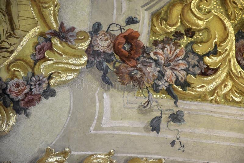 Imagem pintada no fresco da parede com flores e ornamento imagens de stock