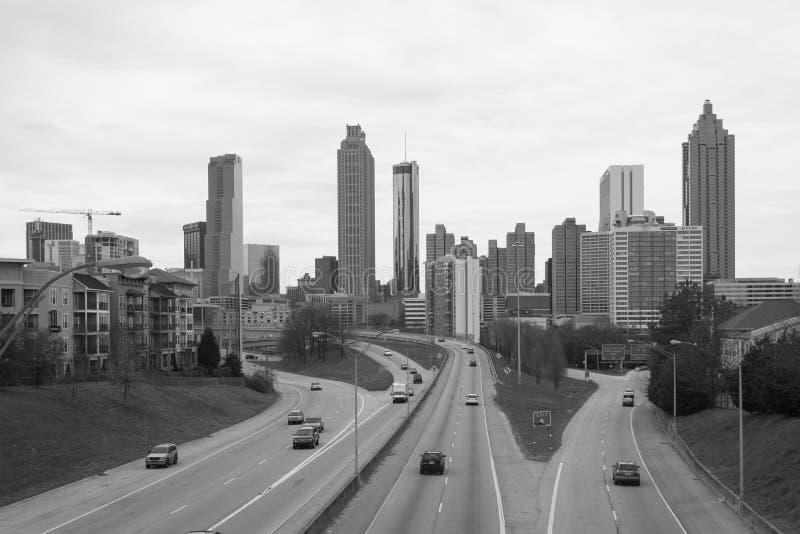 Imagem preta & branca da via pública larga e urbanizada da liberdade e da skyline de Atlanta, em Atlanta, Geórgia imagem de stock royalty free