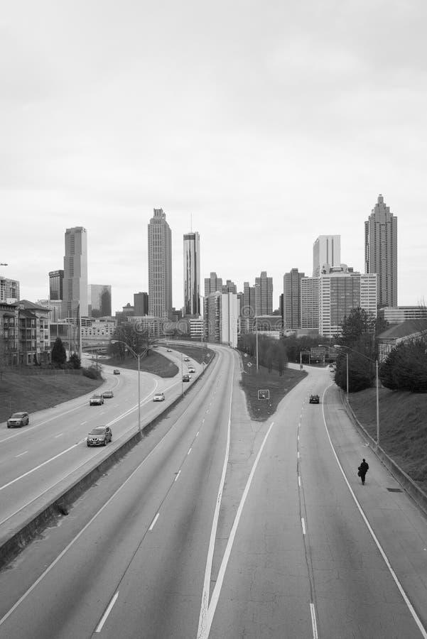 Imagem preta & branca da via p?blica larga e urbanizada da liberdade e da skyline de Atlanta, em Atlanta, Ge?rgia imagens de stock royalty free