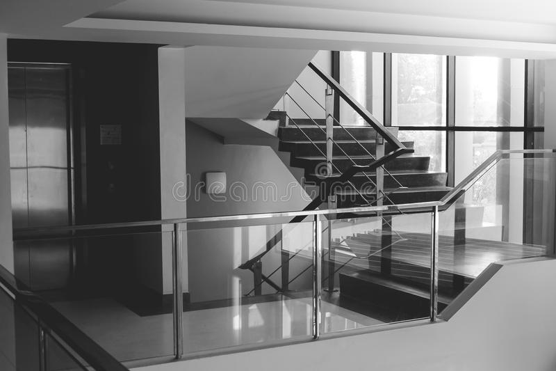 Imagem preto e branco abstrata da construção moderna do design de interiores da arquitetura imagens de stock royalty free