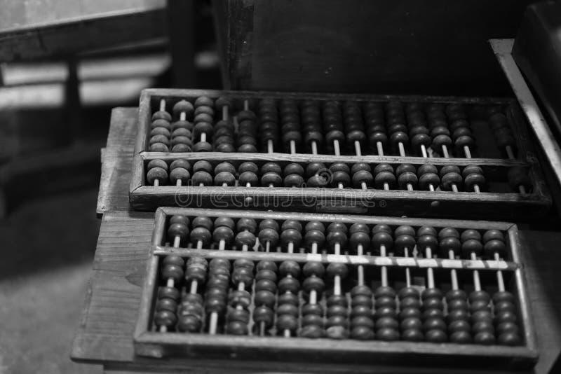 Imagem preto e branco antiga do ábaco chinês foto de stock