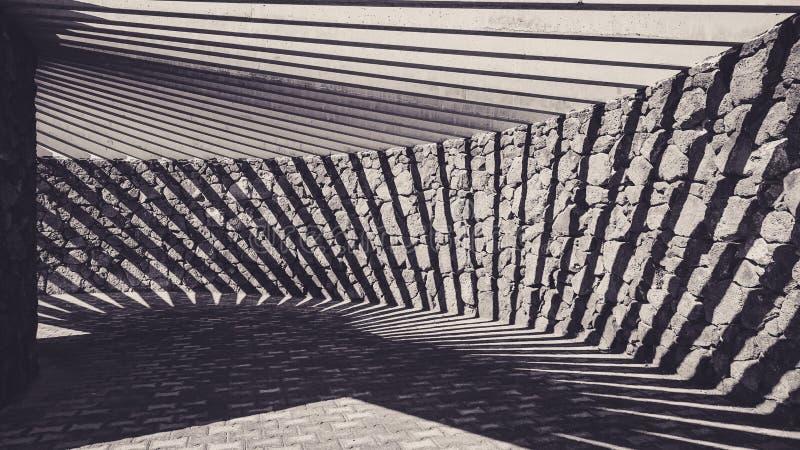 Imagem preto e branco bonita dos shodows em uma máscara do sol do pátio fotografia de stock