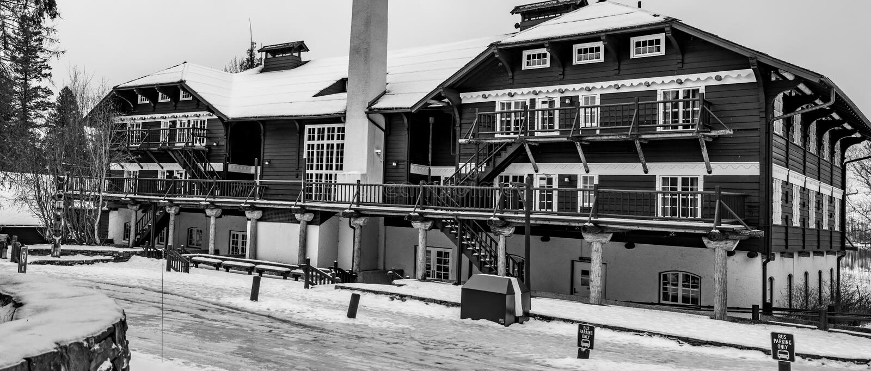 Imagem preto e branco clássica do alojamento de McDonald do lago da parte traseira foto de stock