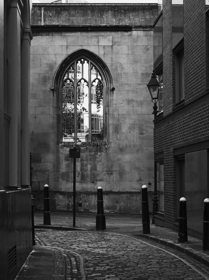 Imagem preto e branco da aleia atmosférica com pedra em Londres imagens de stock