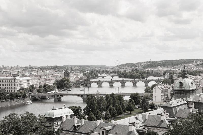 Imagem preto e branco da paisagem de Praga imagens de stock