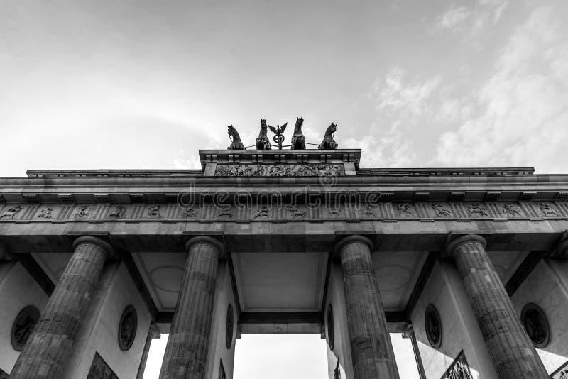 Imagem preto e branco da porta de Brandemburgo, Berlim; Alemanha Detalhe o quadriga da porta de Brandemburgo Pariser Platz imagem de stock