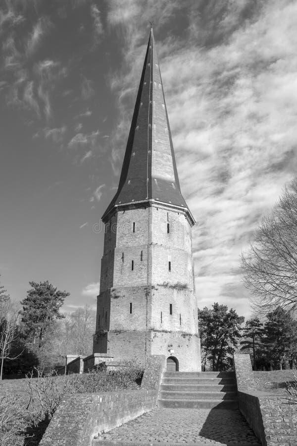 Imagem preto e branco da torre da abadia de Winoc de Saint, Bergues, França fotos de stock