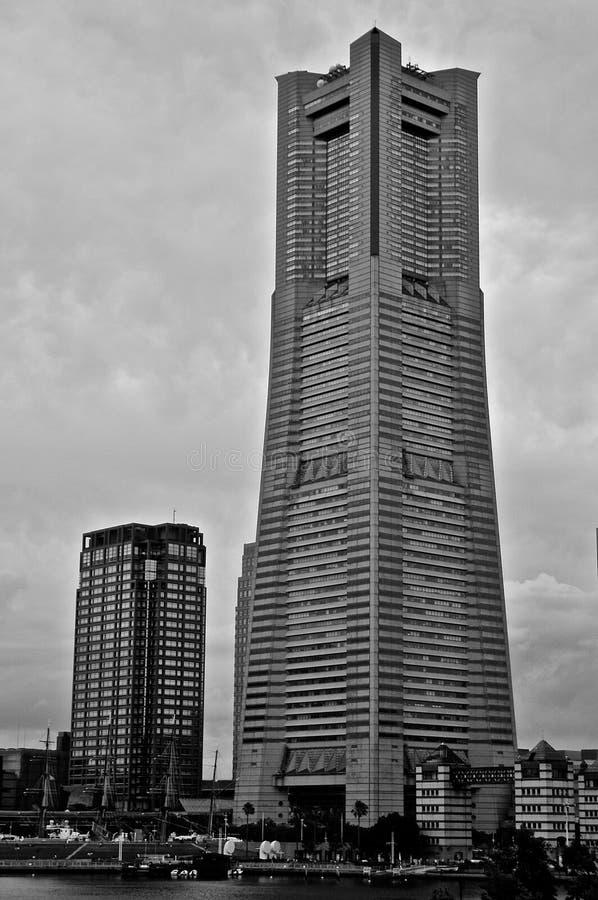 Imagem preto e branco da torre do marco de Yokohama da cidade de Yokohama, Japão foto de stock royalty free