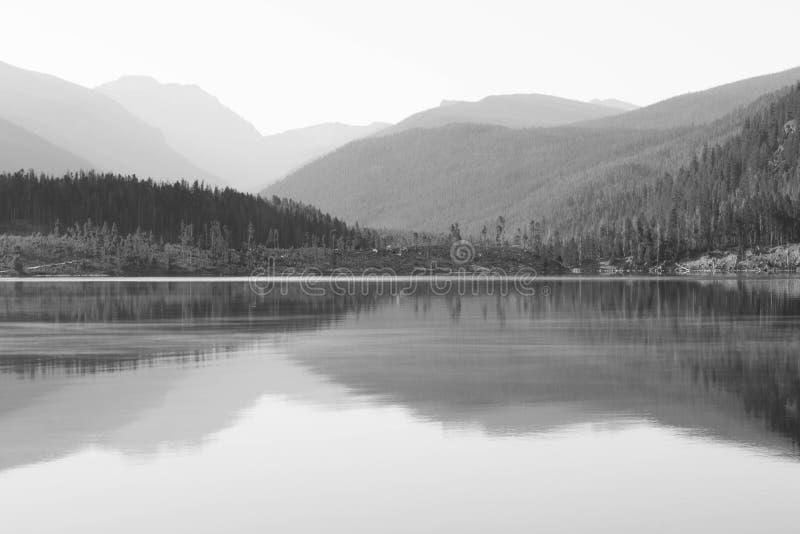 Imagem preto e branco de Rocky Mountains que reflete no lago Granby, Colorado imagens de stock royalty free