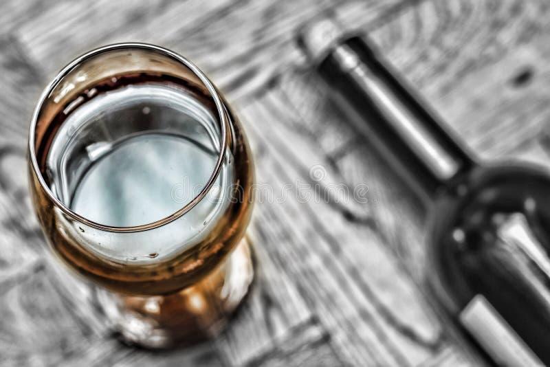 Imagem preto e branco Dia do `s do Valentim data romance Wine em um vidro e em uma garrafa do vinho em um fundo de madeira foto de stock