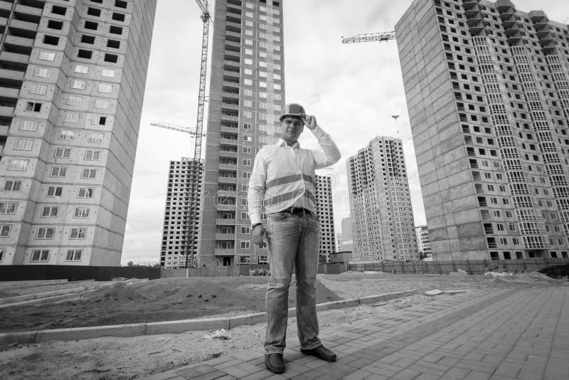 Imagem preto e branco do arquiteto que está no terreno de construção fotos de stock royalty free