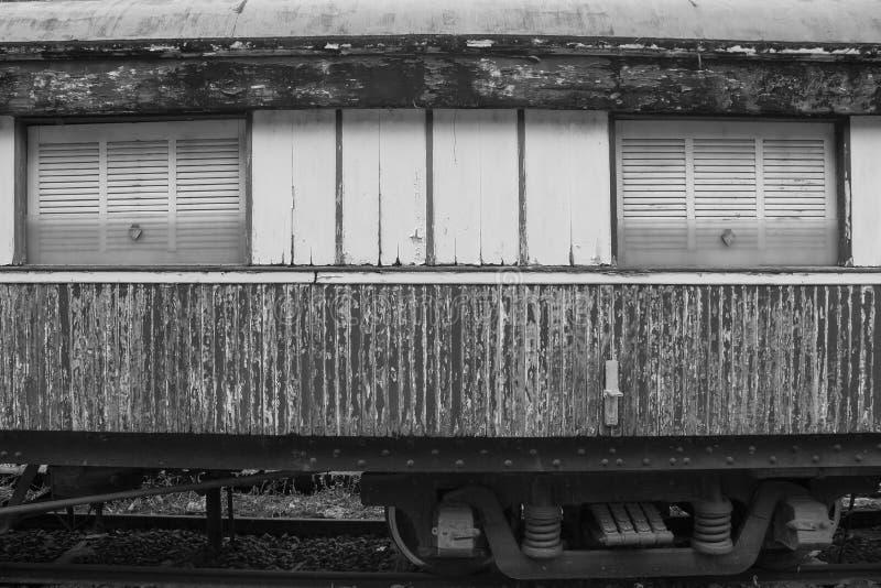 Imagem preto e branco do bicho-papão usado velho do trem descarregado no parque fotos de stock
