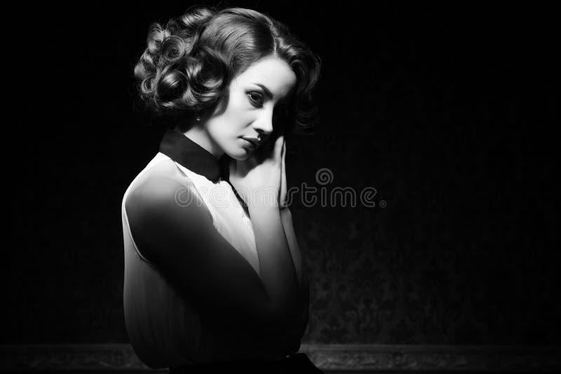 Imagem preto e branco do vintage da mulher bonita foto de stock royalty free