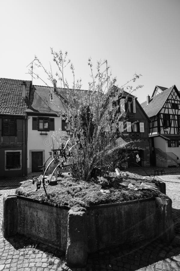 Imagem preto e branco dos ovos da páscoa na vila central fotos de stock royalty free