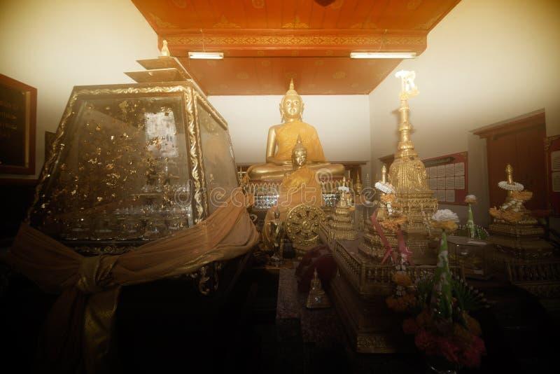 A imagem principal de Buddha na igreja imagem de stock