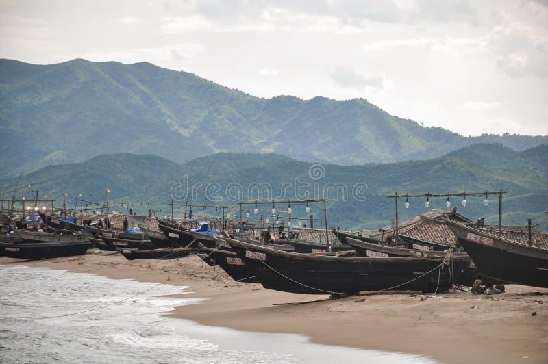 Imagem rara da frota pesqueira local controlada pelo Estado das Coreias do Norte perto da cidade de Hamhung fotos de stock