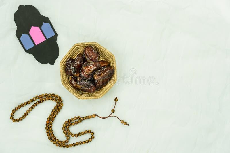 Imagem a?rea da opini?o de tampo da mesa do fundo do feriado de Ramadan Kareem da decora??o Datas essenciais colocadas plano dos  imagens de stock