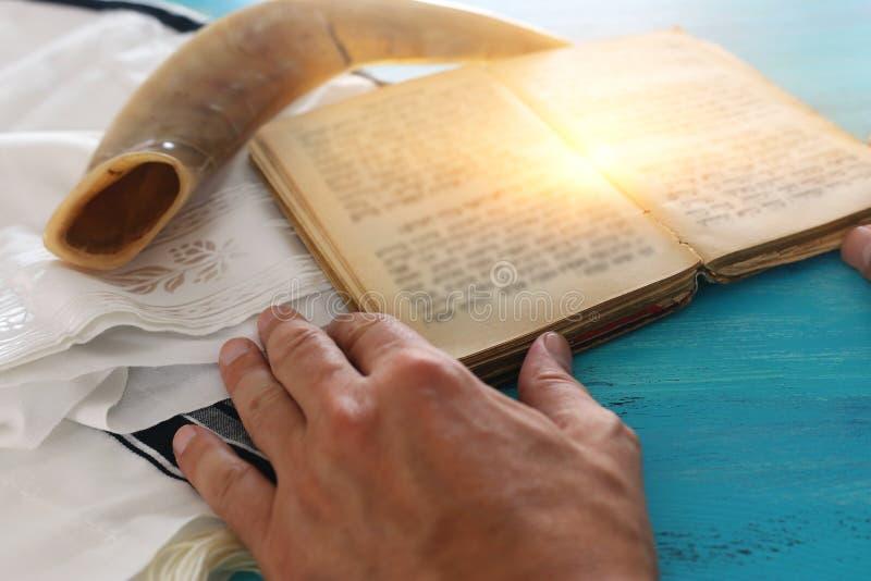 Imagem religiosa de Prayer Shawl - Tallit, livro de orações e símbolos religiosos judeus Shfar horn Rosh hashanah jedesejo Ano No foto de stock