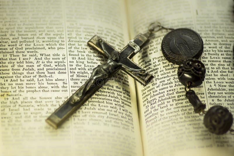 Imagem religiosa do conceito da Bíblia e da cruz imagens de stock