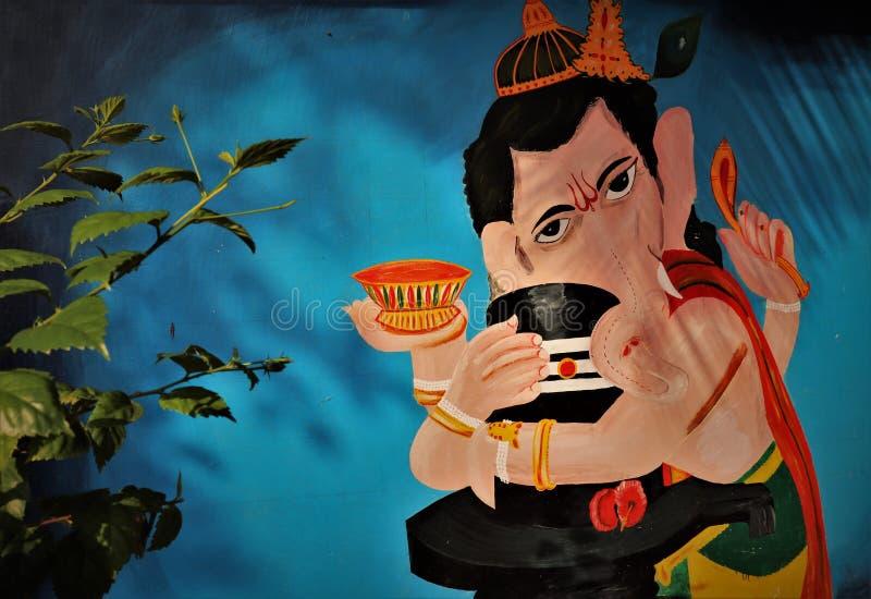 Imagem religiosa hindu do deus do ganesh do senhor que guarda shivling imagens de stock royalty free