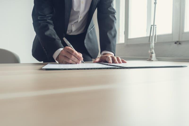 Imagem retro de um testamento de assinatura do advogado imagens de stock