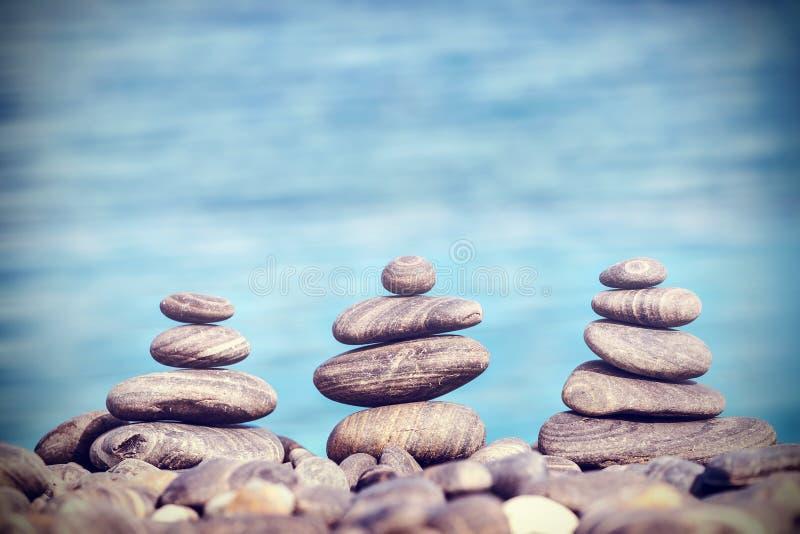 Imagem retro do estilo do moderno do vintage das pedras na praia fotografia de stock royalty free