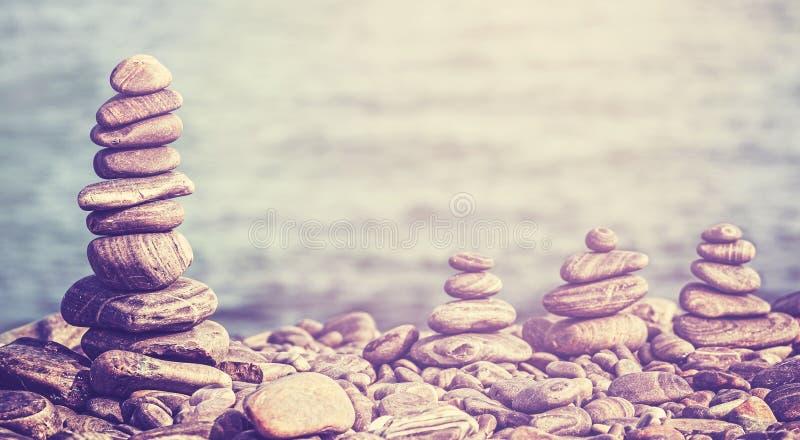 Imagem retro do estilo do moderno do vintage das pedras na praia foto de stock royalty free