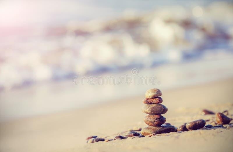 Imagem retro do estilo do vintage das pedras na praia foto de stock royalty free