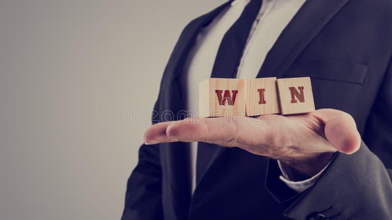 A imagem retro do homem de negócios que guarda o alfabeto de madeira obstrui o readin fotos de stock royalty free