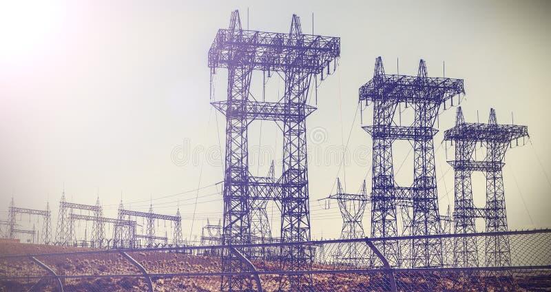 Imagem retro do vintage dos pilões e das linhas elétricas da transmissão imagens de stock
