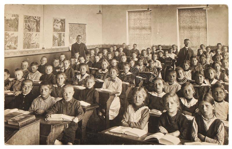 Imagem retro dos colegas grupo de crianças na sala de aula fotos de stock royalty free