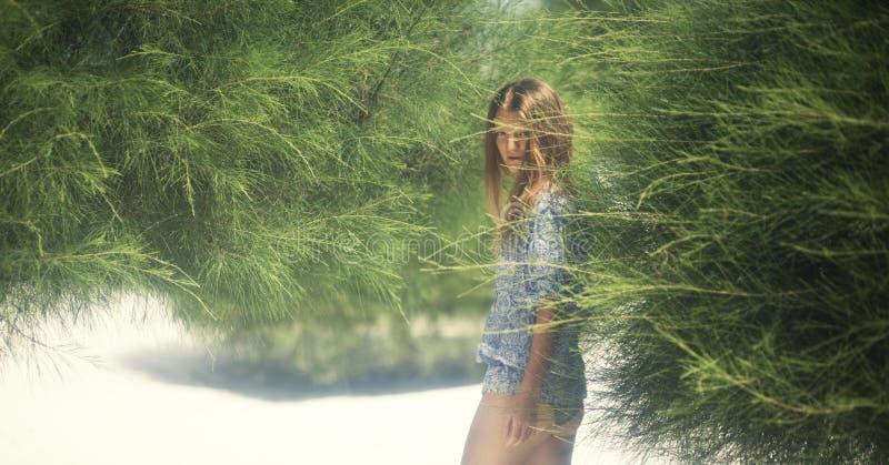 Imagem romântica de uma menina na ilha fotos de stock royalty free