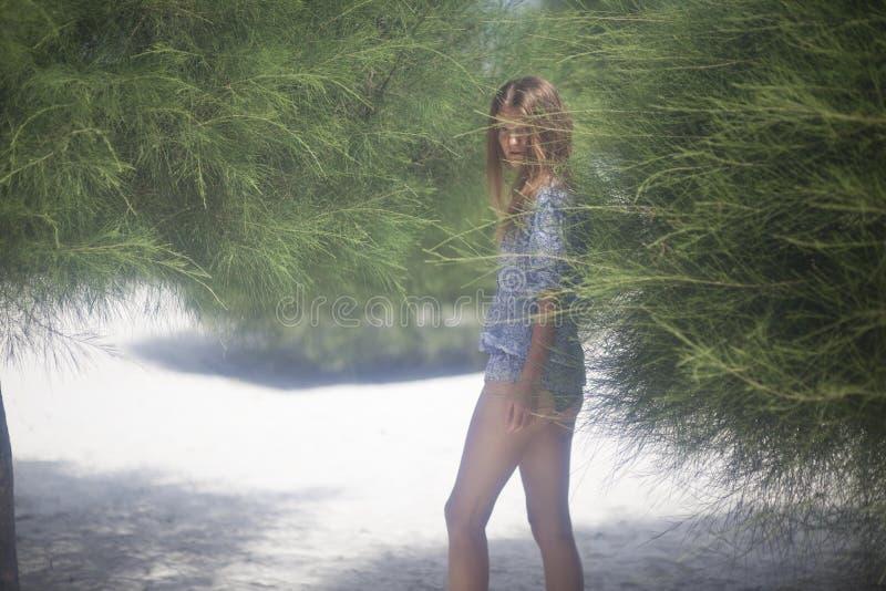 Imagem romântica de uma menina na ilha fotografia de stock royalty free