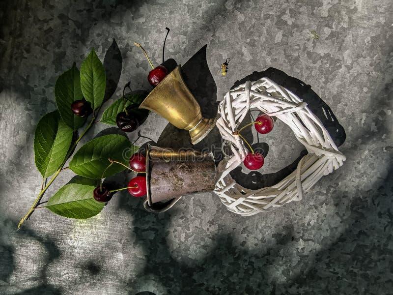 A imagem romântica do coração e do vidro de cobre com uma cereja fotografia de stock royalty free