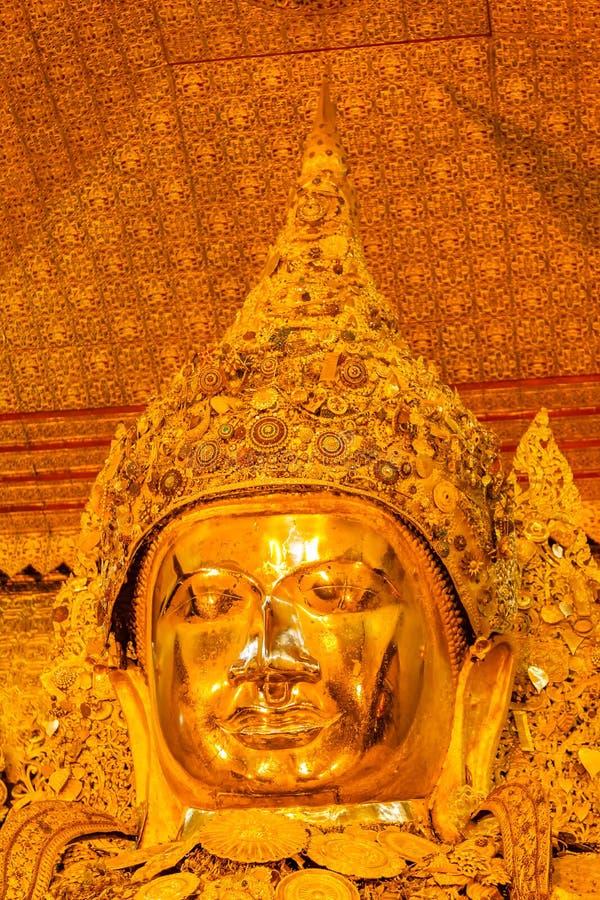 Imagem santamente dourada grande da Buda de Mahamuni no templo budista em Mand imagens de stock royalty free
