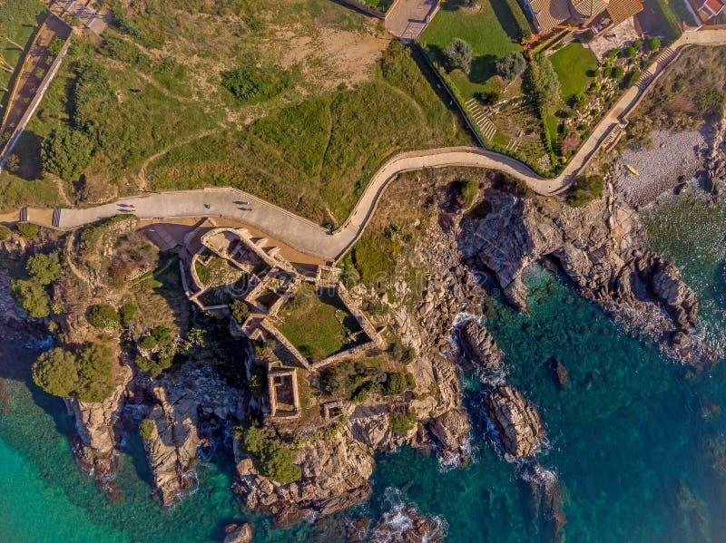 Imagem sobre Costa Brava litoral, La pequeno Fosca do zangão da vila da Espanha, imagem aérea do castelo velho foto de stock
