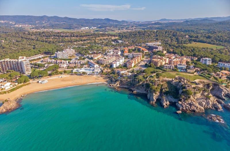 Imagem sobre Costa Brava litoral, La pequeno Fosca do zang?o da vila da Espanha imagem de stock
