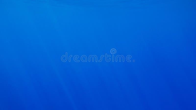 Imagem subaqu?tica surpreendente dos raios do sol e de luz que brilham atrav?s da superf?cie da ?gua do oceano profundo foto de stock