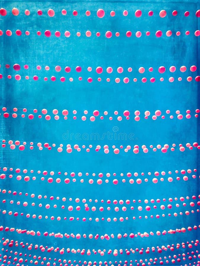 Imagem suja do céu azul decorada com balões cor-de-rosa fotografia de stock royalty free