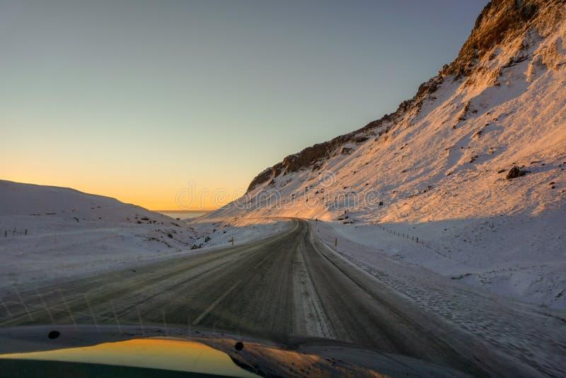 Imagem tomada fora do carro em nosso Roadtrip através de Islândia em estradas cobertos de neve fotos de stock royalty free