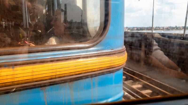 Imagem tonificada close up dos povos cansados tristes que montam no carro de metro oxidado sujo ao comutar para trabalhar fotografia de stock