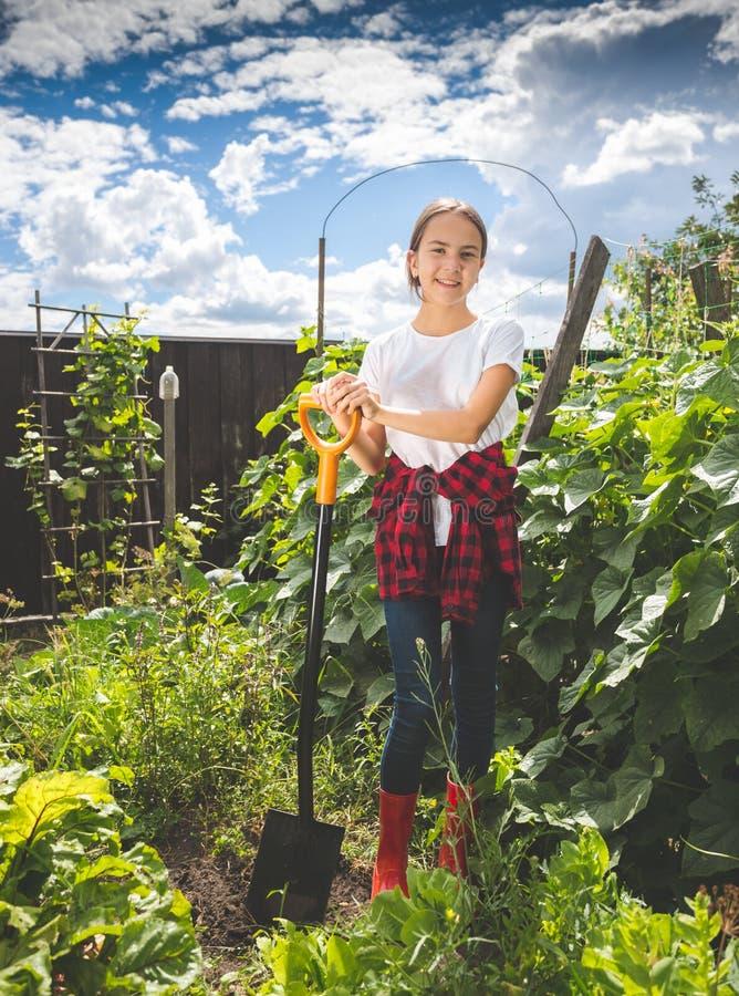Imagem tonificada do adolescente que trabalha no jardim na exploração agrícola imagem de stock royalty free