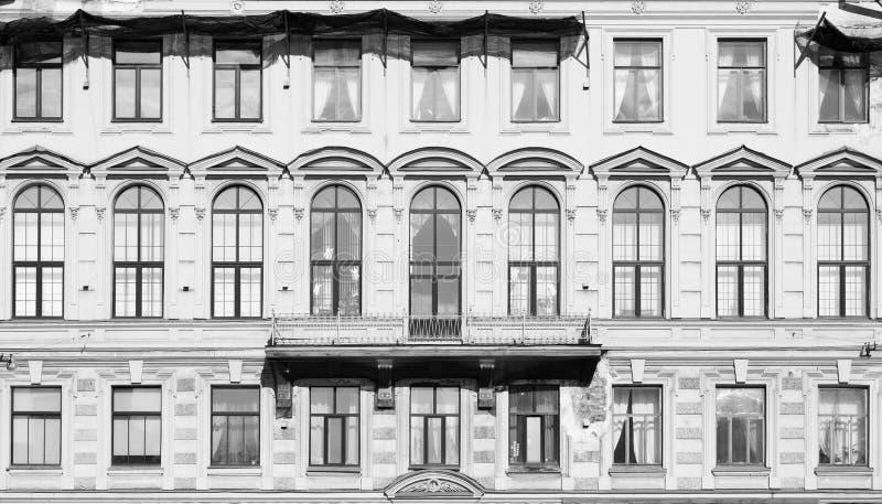 Imagem tonificada Fachada de uma construção velha com grande Windows e as paredes dilapidadas foto de stock royalty free