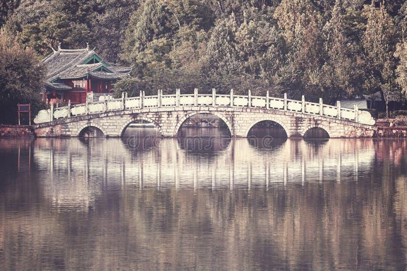 Imagem tonificada retro da ponte de Suocui, Lijiang, China fotos de stock