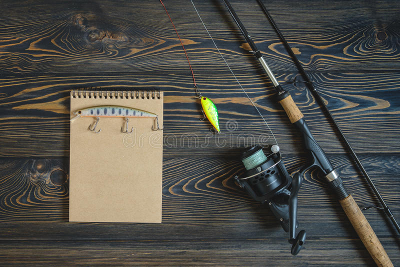 Imagem tonificada retro do equipamento de pesca no cais de madeira fotografia de stock royalty free