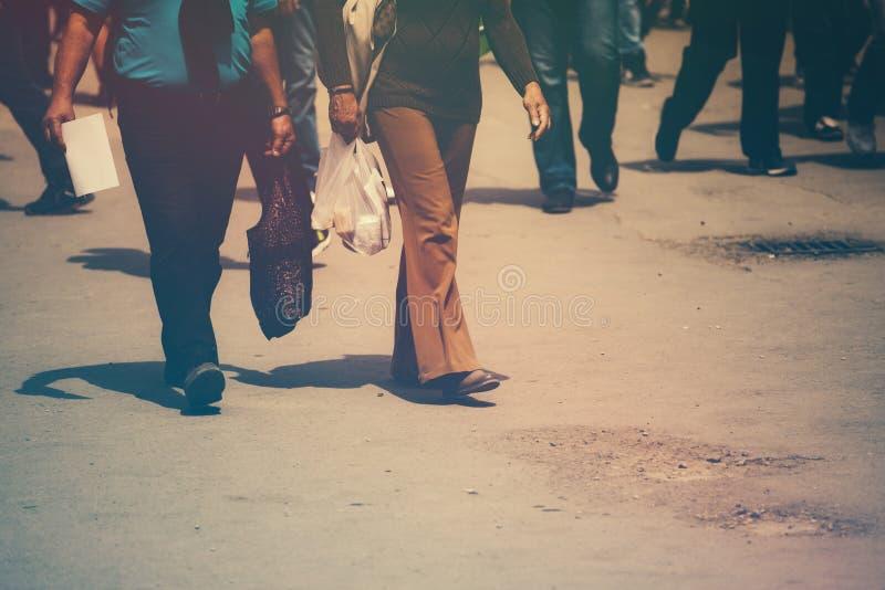 Imagem tonificada retro dos pedestres que andam a rua fotografia de stock
