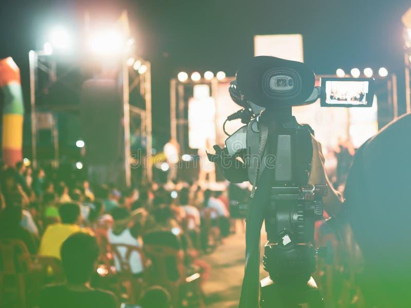Imagem tonificada vintage do vídeo profissional da gravação da câmara digital no festival do concerto da música imagens de stock royalty free