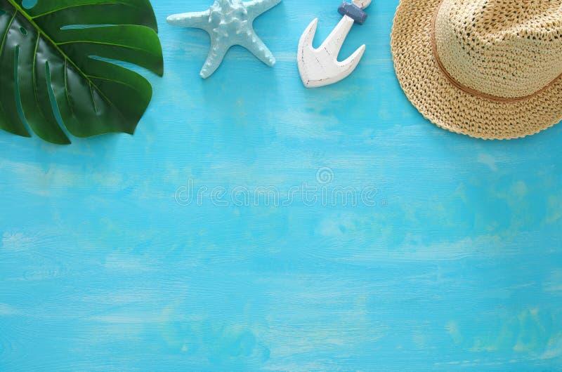 Imagem tropical do curso das férias e do verão com objetos do estilo de vida marinha Vista superior imagem de stock royalty free